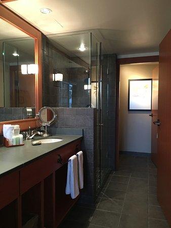 Beach building deluxe room bathroom