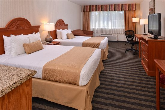 Inn & Suites At Discovery Kingdom: 2 queen deluxe room with seating area