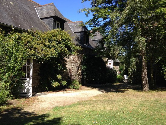 Hotel Kastell Dinec'h : Garden and renovated stables