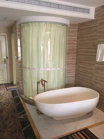 Pubei County, Chine : Shower and tub