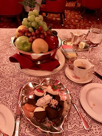 Michael's Gourmet Room: Complimentary fruits to round out the evening