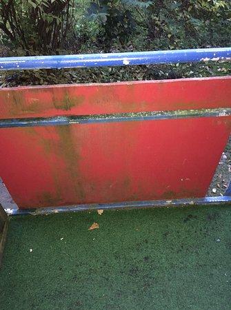 Reiterhof Runding: Der Balkon mit einem nassen, gammeligen Gras-Teppich.