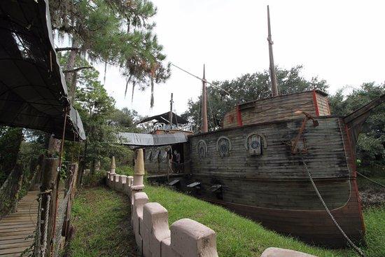 Ona, FL: boat in the moat