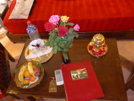 Riad Dar Dialkoum: More fresh fruit and flowers in the Soraya room