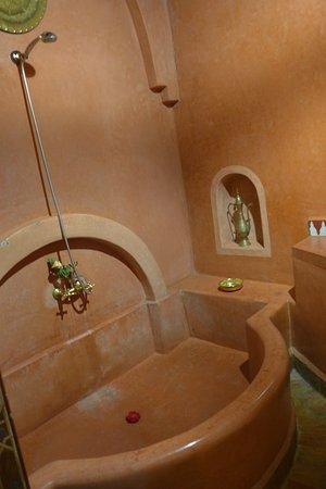 Riad Dar Dialkoum: Large tub in the Soraya room