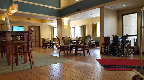 Hampton Inn Jacksonville/Ponte Vedra Beach-Mayo Clinic Area: Lobby and dining area. Note the wheelchairs available for Mayo Clinic patients.
