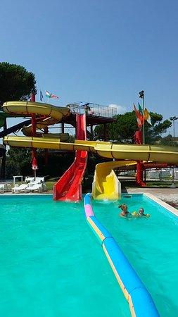 Acquapark fontevivola bild fr n acquapark fontevivola - Piscine con scivoli ...