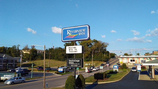 Riverview Inn: Front sign looking up College St.