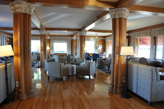Keltic Lodge Resort & Spa: Lounge off dining room and patio