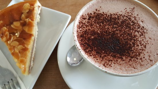 Thame, UK: Hott chocolate & bakewell tart