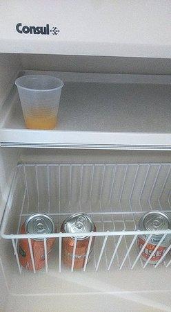 Hotel Estação Express : Copo com suco no frigobar, já estava quando cheguei.