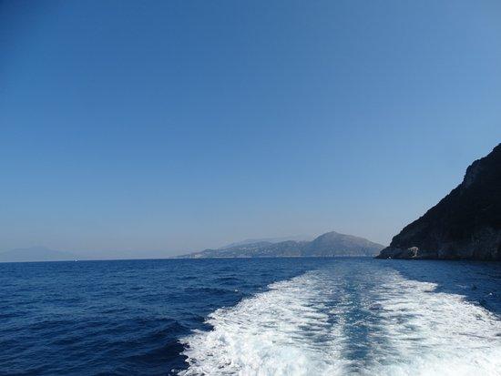 13bfa8d962b70 I Faraglioni: aqui esta el momento de mi viaje navegando al rededor de la  isla