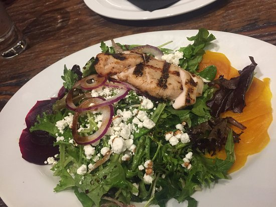 Chemainus, Καναδάς: Salad and Chicken breast, Sawmill TapHouse and Grill change location 3055 Oak St | #201B, Chemai