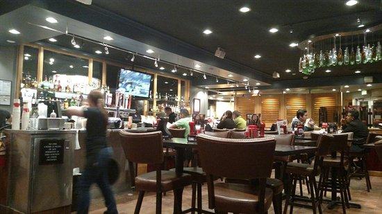 Red Robin Burger & Spirits Inc: Nice Bar area....