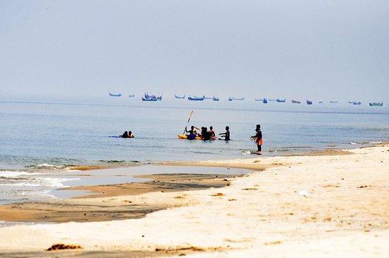 Marari Beach: A wide beach with few tourists.