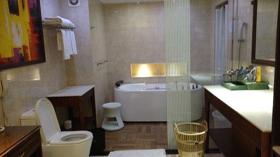 Mayfair Lagoon: Bathroom With Tub