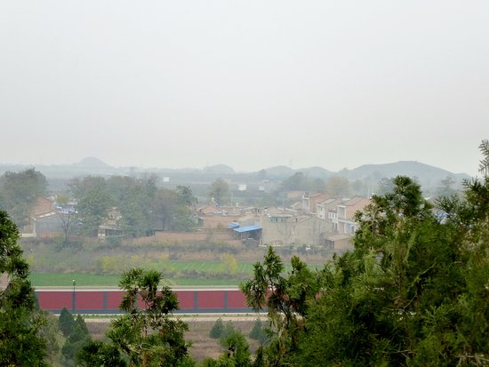 Maoling Mausoleum : vue des tombes satellitaires