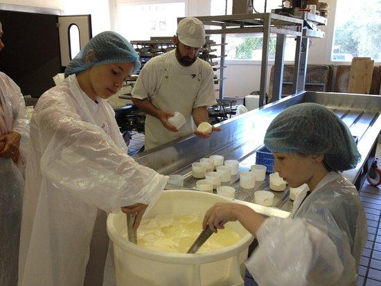 Guillestre, Prancis: Atelier Consom'acteur pour mouler son fromage local