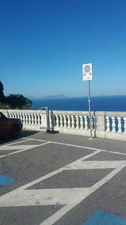 Il Santuario Visto Dalla Piazza E Con Lo Sfondo Del Mare Azzurro