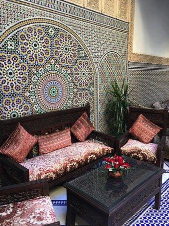 Riad Salam Fes: viele gemütliche Sitzecken stehen bereit