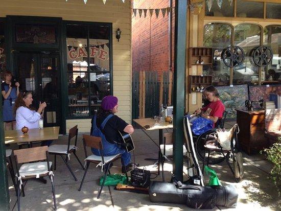 Yackandandah, Australien: Pip Cowan Busking His Way to Mississippi via Saint Monday