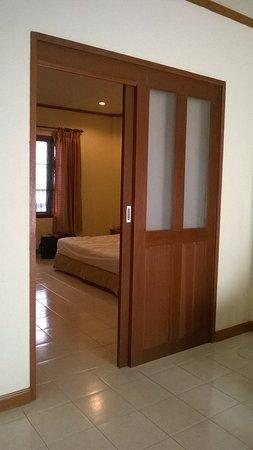 kata lucky villa pool access une porte coulissante entre le salon et la chambre - Porte De Chambre Coulissante