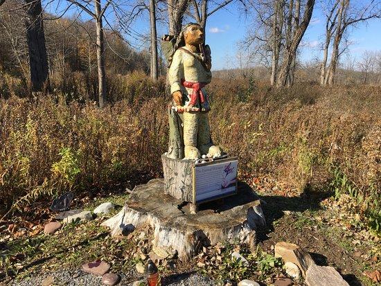 Macedon, นิวยอร์ก: Butterfly Nature Trail - funky statue & rock garden