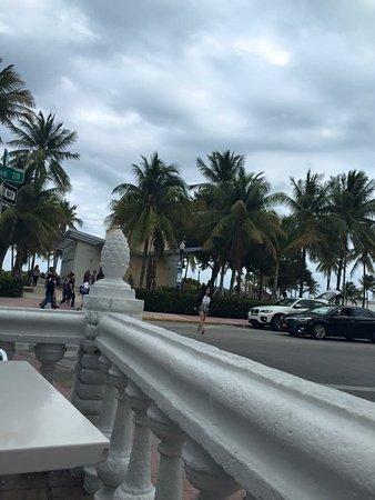 Beach Paradise Hotel : Vista em uma das mesas de frente ao hotel
