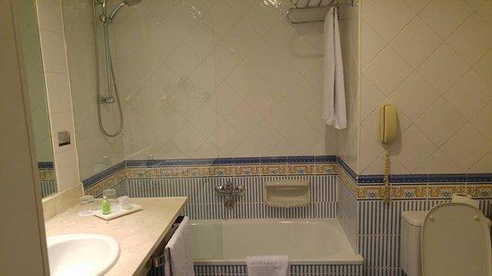Cuarto de baño bien, pero con detalles mal terminados.: fotografía ...