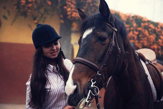 Vega de San Mateo, Spanien: mi prima con uno de los preciosos caballos del centro