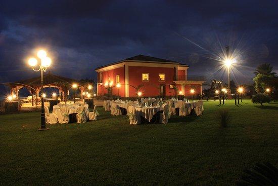 Zafferana Etnea, Italia: Villa Giuffrida: cena sul prato