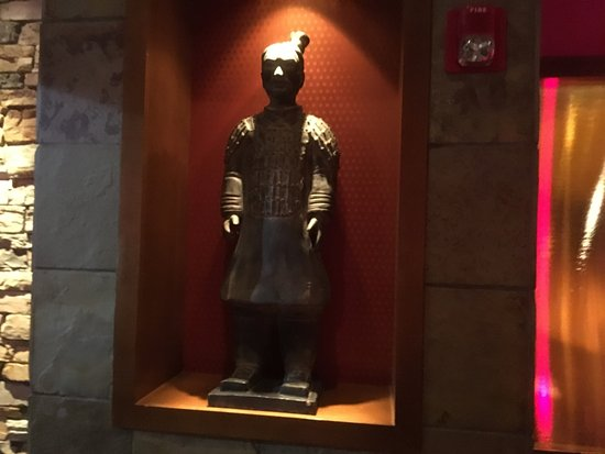 ‪‪Victor‬, نيويورك: PF Chang's - statues in foyer‬