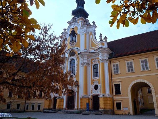 Stift Rein: Innenhof mit Stiftskirche