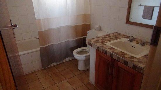 Sirheni Busheld Camp: Badkamer met bad en douche