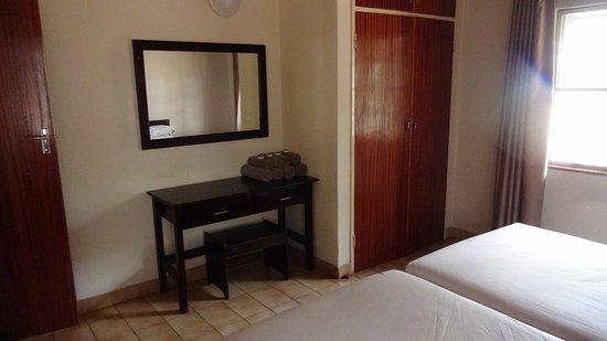 Slaapkamer met kast en tafel en spiegel picture of sirheni
