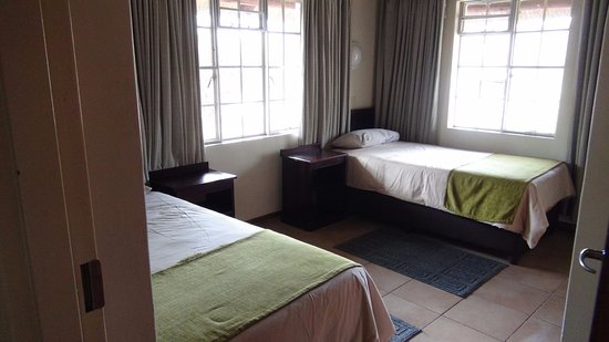 slaapkamer 1 met ventilator - Picture of Bateleur Bushveld Camp ...
