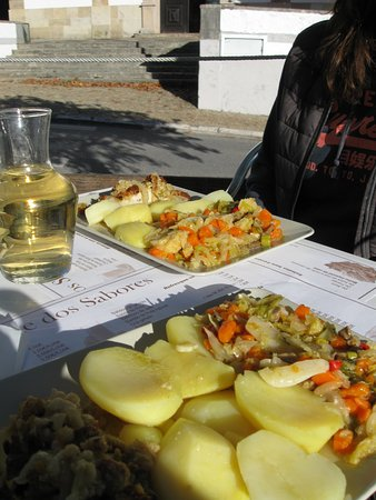Figueiro dos Vinhos, Portugal: Meal of the day with a bottle of wine