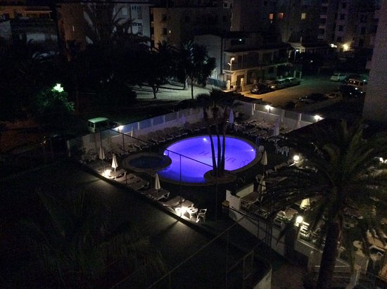 Hotel Sur: Night view of the pool