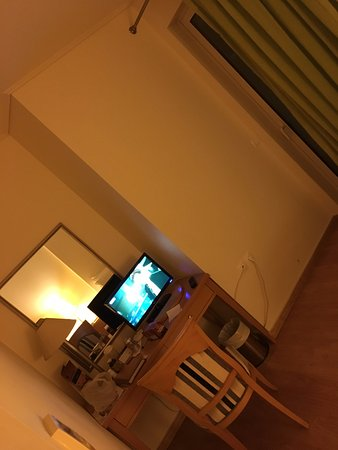 Marousi, กรีซ: Bu oda tek kişilik oldukça küçük havuza bakıyor ama pencere yokj sadece balkon kapısının camı me
