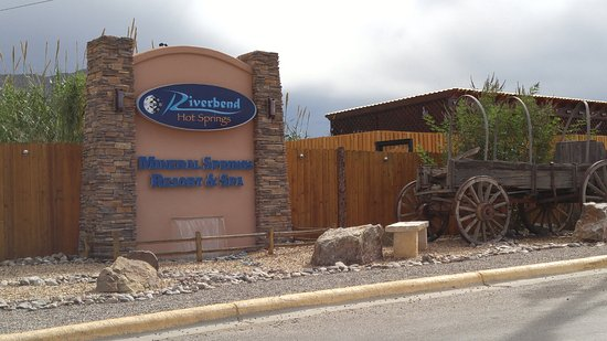 Riverbend Hot Springs: Hot Springs Entrance - Be prepared to be amazed!