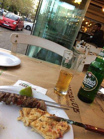 Marousi, กรีซ: Cadde üzerinde masaları var.