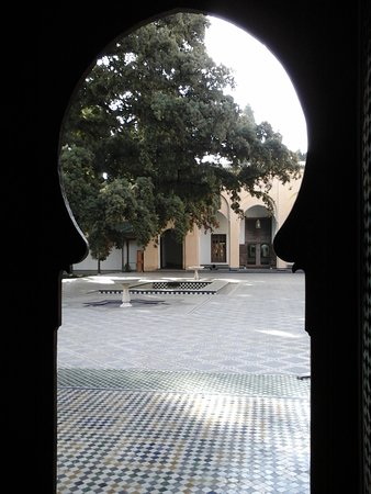 Dar Batha Museum : The patio with its decorated floor and fountains