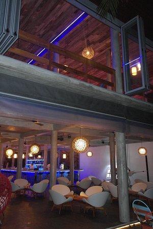 Kuramathi: Pool bar and champagne loft