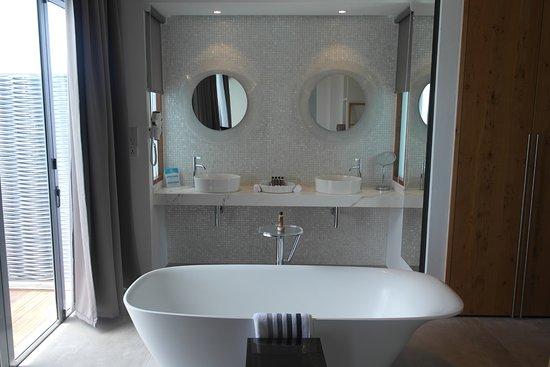 Kuramathi: Bathroom in the deluxe water villas, bath overlooking the ocean