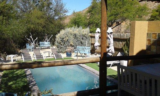 Ladismith, Sudáfrica: Beautiful pool surrounded by thornbushes