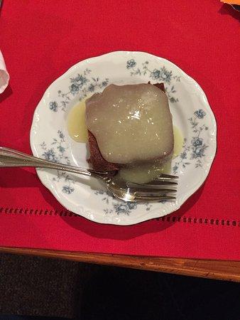 Depoe Bay, OR: Yummy warm gingerbread with a lemon sauce