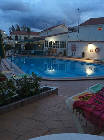 Bungalows Grimanesa: Pool at twilight x