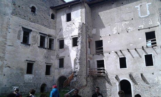 Campodenno, Italien: La Facciata Centrale del Castello