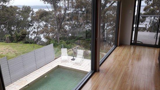 Sanctuary Point, Australia: vue du living room sur la piscine et le lac