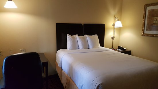 MainStay Suites Rogers: 2 Separate Bedroom Suite